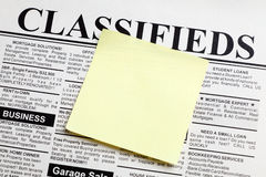 Jornal e nota pegajosa Fotos de Stock