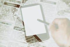 Jornal e smartphone falsificados Fotografia de Stock