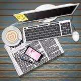 Jornal e telefone celular com café e computador Fotografia de Stock