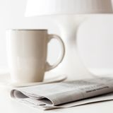 Jornal e um copo de café Imagens de Stock
