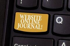 Jornal em linha do Web site conceptual da exibição da escrita da mão Foto do negócio que apresenta a publicação periódica publica imagens de stock royalty free