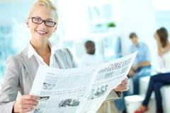Jornal fêmea da leitura imagem de stock royalty free