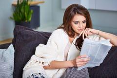 Jornal feliz novo da leitura da mulher imagem de stock
