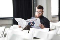 jornal focalizado da leitura do homem de negócios fotografia de stock