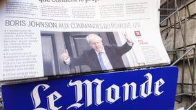 Jornal francês de Le Monde com Boris Johnson na tampa vídeos de arquivo