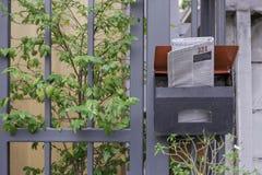 Jornal inglês na caixa postal de aço na vista dianteira Fotos de Stock Royalty Free