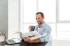 Jornal maduro feliz da leitura do homem imagens de stock