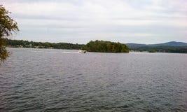 Jorrar em torno da ilha do lago imagem de stock royalty free