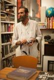 Jose Alberto Figueroa i hans studio Arkivfoton