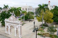 Jose Marti-Park mit Rathaus und Kathedrale von Cienfuegos lizenzfreies stockbild