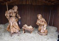 Joseph e Maria con le statue di Gesù del bambino al mercato di Natale Immagini Stock Libere da Diritti