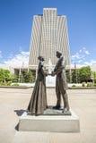 Joseph Smith con la moglie davanti all'edificio per uffici principale di LDS immagini stock libere da diritti