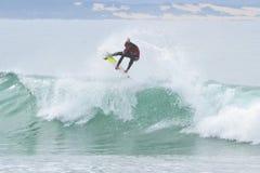 Josh Kerr che pratica il surfing alla baia del ` s di Jeffrey Immagine Stock Libera da Diritti