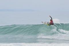 Josh Kerr, der an Jeffrey-` s Bucht surft Stockfotografie