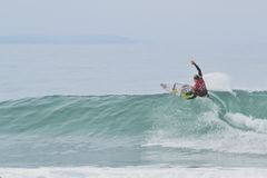 Josh Kerr som surfar på fjärden för Jeffrey ` s Arkivbild