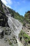 JOSHIMATH,印度- 8月3 :导致Joshimath的路受2012年8月3日的山崩的影响在Joshimath, Uttrakhand,印度 免版税库存图片