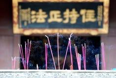 Joss-bastoni che bruciano al tempiale buddista Fotografie Stock Libere da Diritti
