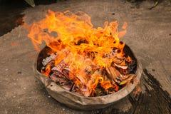 Joss document brandwond in brand in Chinees Spookfestival stock afbeeldingen