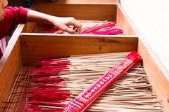 Joss Stick na caixa do th, prepara-se para a queimadura dos povos no santuário chinês Imagens de Stock