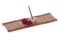 Joss van de geur stok, kiezelsteen en bloem op mat voor geestelijke ontspanning Stock Foto's