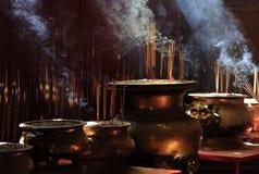 Josspinnarna i kinesisk tample i Georg Town. Penang ö royaltyfri foto