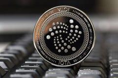 Jota-muntstuk op een toetsenbord stock afbeeldingen