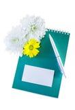 Jotter, cartão, pena e flores imagens de stock royalty free