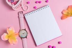 Jotter em um fundo cor-de-rosa com ornamento das mulheres Dia do `s do Valentim fotos de stock