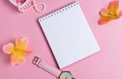 Jotter em um fundo cor-de-rosa com ornamento das mulheres Dia do `s do Valentim foto de stock