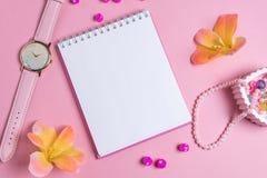 Jotter em um fundo cor-de-rosa com ornamento das mulheres Dia do `s do Valentim imagem de stock royalty free