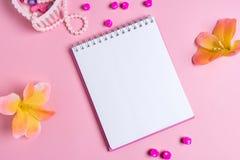 Jotter em um fundo cor-de-rosa com ornamento das mulheres Dia do `s do Valentim fotografia de stock royalty free