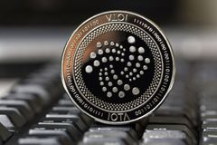 Joty moneta na klawiaturze obrazy stock
