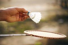 Jouant au badminton un jour ensoleillé dehors photos libres de droits