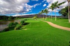 Jouant au golf dans Oahu, Hawaï Images libres de droits