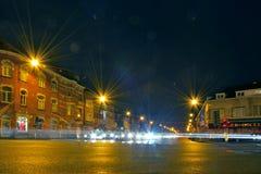 Jouant avec le concept de lensflare, nightscene de carrefours Image libre de droits