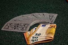 Jouant, avec les cartes, l'argent, ou simplement le jeu de carte quand la famille est réunie photographie stock libre de droits
