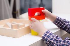 Jouant avec les cubes en bois à la maison, jeux du ` s d'enfants photos libres de droits