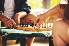 Jouant des échecs tôt le matin Photographie stock