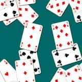 Jouant des cartes dispersées sur une table Fond sans couture de texture de modèle Photos stock