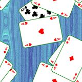 Jouant des cartes dispersées sur une table Fond sans couture de texture de modèle Photos libres de droits