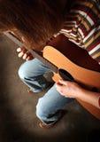 Jouant la guitare voir l'autre photo Photo stock