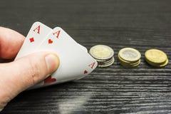 Jouant le tisonnier - le joueur reçoit deux as Photo libre de droits