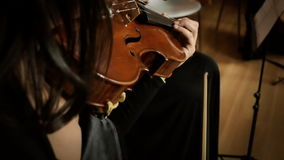 Jouant le violon POV étroite clips vidéos