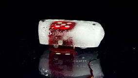Jouant les cubes rouges en matrices de casino il fond dans la glace banque de vidéos