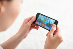 Jouant les oiseaux fâchés vont jeu mobile Photo stock