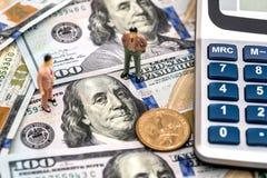 Joue des personnes avec des pièces de monnaie du dollar Photographie stock libre de droits
