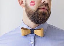 Joue masculine avec un baiser rouge Images stock