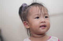 Jouer asiatique d'enfant en bas âge de fille de sourire Images stock