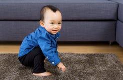 Jouer asiatique de bébé garçon Images stock