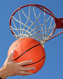 Jouer au basket-ball photo libre de droits